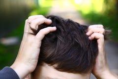 Царапина мальчика Preteen красивая его голова Стоковое фото RF
