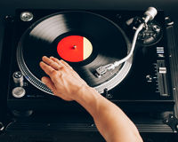 Царапина Turntable, рука dj на показателе винила Стоковое Изображение RF