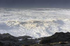 Цацы десятилетия разбивая против скал парка штата акров берега, залива Орегона Coos Стоковое Изображение RF