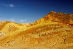 Цветастая гора и голубое небо Стоковые Изображения