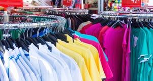 Цветастая одежда на вешалках Стоковые Изображения