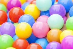 Цветастая пластичная предпосылка шариков Стоковое Фото