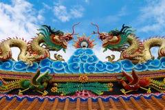 Цветастая статуя дракона на крыше виска фарфора Стоковое Изображение