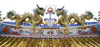 Цветастая статуя дракона на крыше виска Стоковые Фотографии RF
