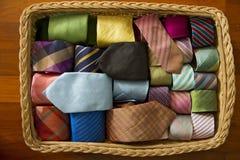 Цветастая silk шея связывает собрание в деревянной корзине. Стоковые Изображения