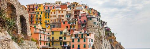 Цветастое здание, Manarola, Cinque Terre, Италия Стоковое фото RF