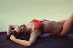 Цветастое изображение девушки брюнет сексуальной стоковая фотография rf