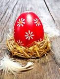 Цветастое пасхальное яйцо в гнезде Стоковая Фотография