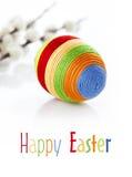 Цветастое пасхальное яйцо на белой предпосылке Стоковые Изображения
