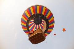 Цветастые горячие воздушные шары в полете Стоковая Фотография RF