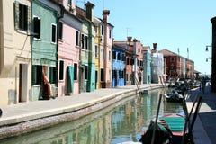 Цветастые дома и канал Burano, Венеция Италия Стоковая Фотография