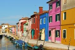 Цветастые дома на острове Burano, Венеции Стоковые Изображения RF