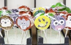 Цветастые леденцы на палочке конфеты Стоковые Фотографии RF