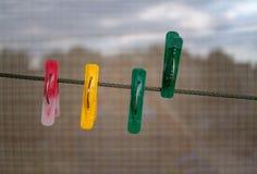 Цветастые зажимки для белья на строке Стоковые Изображения