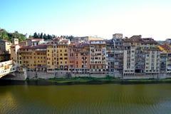 Здания вдоль банка реки Арно, Флоренса, Италии Стоковые Изображения