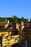Ponte Vecchio и здания вдоль банка реки Арно, Флоренса, Италии Стоковые Изображения