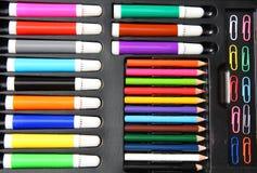 цветастые карандаши paperclips hilighters Стоковые Фото
