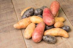 Цветастые картошки на таблице Стоковые Фото