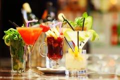 Цветастые коктеилы стоковые фотографии rf
