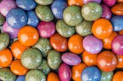 Цветастые конфеты шоколада на таблице Стоковая Фотография