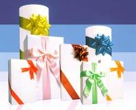 цветастые обернутые тесемки подарков Стоковые Фотографии RF