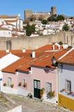 Цветастые дома и замок. Obidos. Португалия стоковая фотография
