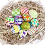 Цветастые пасхальные яйца в гнезде Стоковое фото RF