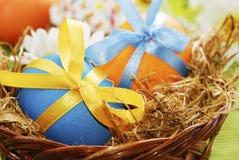 Цветастые пасхальные яйца в корзине Стоковое фото RF