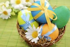 Цветастые пасхальные яйца в корзине Стоковая Фотография RF