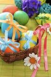 Цветастые пасхальные яйца в корзине Стоковое Изображение RF