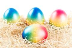 цветастые пасхальные яйца hay лежать некоторые Стоковые Изображения