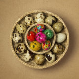 Пасхальные яйца в корзине Стоковые Изображения RF