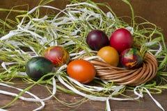 Цветастые пасхальные яйца на деревянной таблице Стоковое Изображение RF