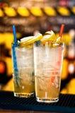 Цветастые пить коктеилов, который служат в ночном клубе Стоковое фото RF