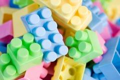 Цветастые пластичные кирпичи игрушки Стоковая Фотография RF