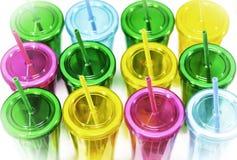 Цветастые пластичные чашки стоковые фотографии rf