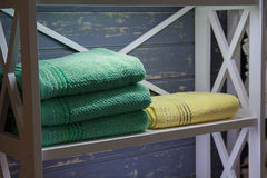 цветастые полотенца полки Стоковое Изображение