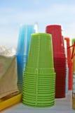 Цветастые пластичные чашки Стоковое фото RF