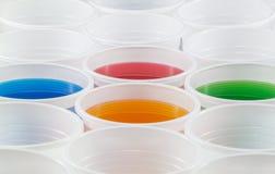 Цветастые пластичные чашки Стоковые Изображения RF