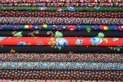 цветастые рулоны ткани стоковые фотографии rf