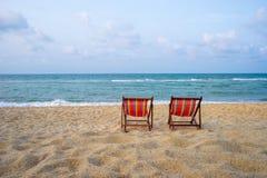 Цветастые стулы на пляже стоковые фото