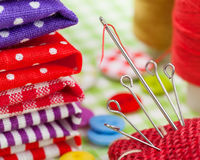 Цветастые ткани, кнопки, валик штыря, кольцо, катышкы резьбы для шить Стоковое Изображение RF
