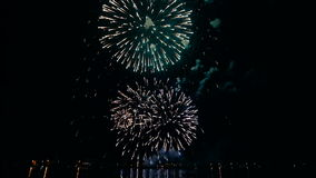 Цветастые феиэрверки в ночном небе видеоматериал