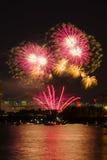 Цветастые феиэрверки освещают вверх ночное небо Стоковое фото RF