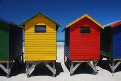 Цветастые хаты пляжа в Muizenberg, Южной Африке стоковое фото rf