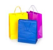 Цветастые хозяйственные сумки в рядке стоковые фото