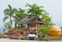 Цветастые цветки и традиционные дома для приезжих. Стоковые Изображения