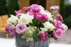 цветастые цветки обрамляют много роз Стоковое фото RF