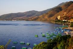 Цветастые шлюпки в озере около горы стоковые фотографии rf