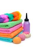 Цветастые штабелированные полотенца спы, бомбы ванны и шампунь разливают isola по бутылкам Стоковая Фотография